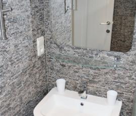 Badkamer met douche (2)